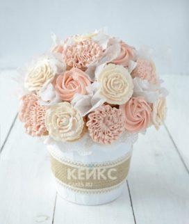 Розовые и белые капкейки в виде букета