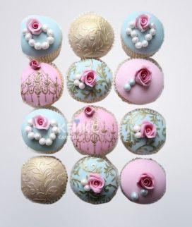 Розово-голубые капкейки с маленьими цветочками для свекрови
