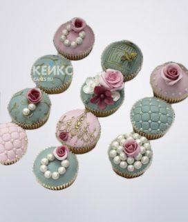 Красивые капкейки с маленькими цветочками для свекрови