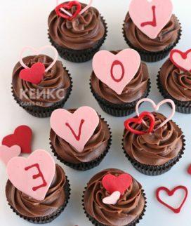 Капкейки на годовщину Love с сердечками