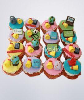 Разноцветные капкейки с колокольчиками и книгами на последний звонок