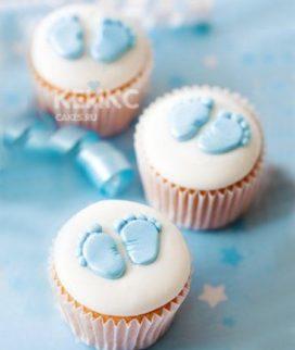Белые капкейки с голубыми пятками на выписку из роддома