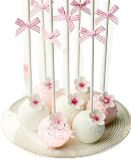 Нежно-розовые и белые капкейки кейк-попсы с цветами