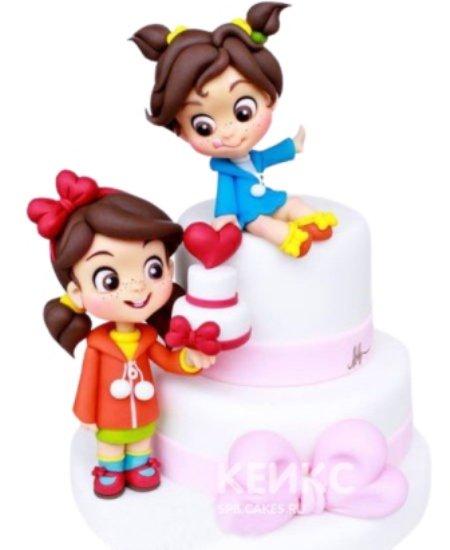 Торт для двойняшек с фигурками девочек