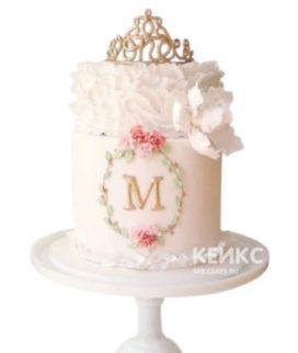 Воздушный розовый торт с золотой короной и инициалами
