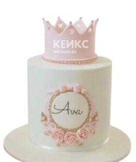 Белый торт с розовой короной и цветами