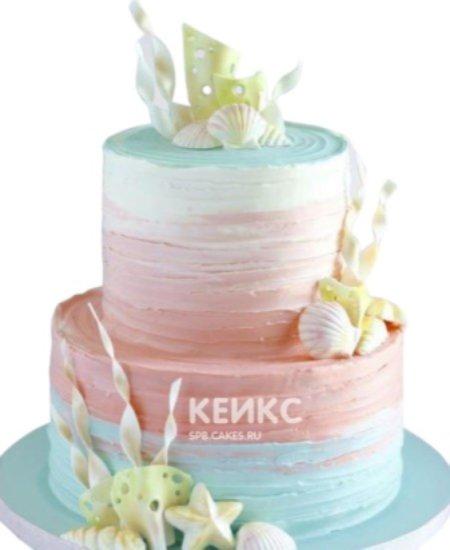 Разноцветный торт в морском стиле с ракушками