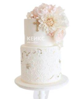 Двухъярусный торт с цветами на крестины девочки