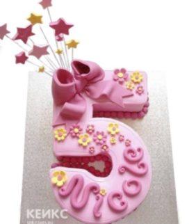 Розовый торт в виде цифры с бантиком и звездочками