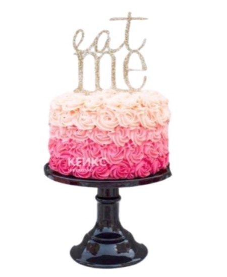 Красивый торт в нежно розовых тонах с цветами из крема