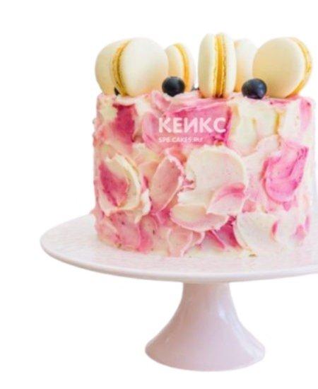 Розово-белый торт с ягодами на день рождения