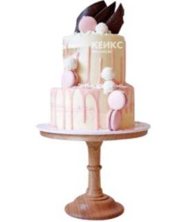 Двухъярусный торт с ягодами на день рождения