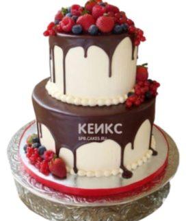Торт с глазурью и ягодами на день рождения
