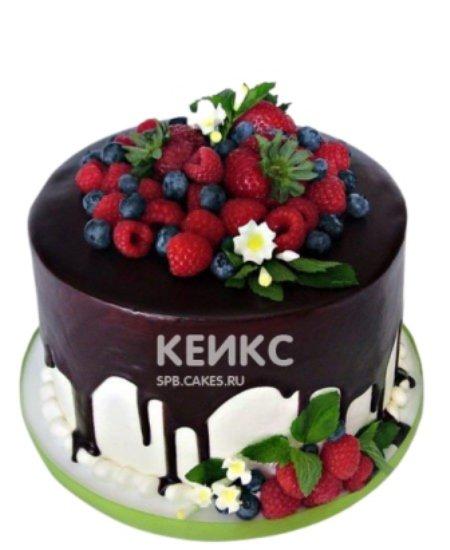 Чудесный торт со свежими ягодами и белыми цветами