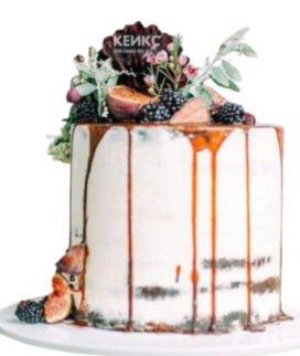 Открытый торт украшенный ягодами ежевики и инжиром