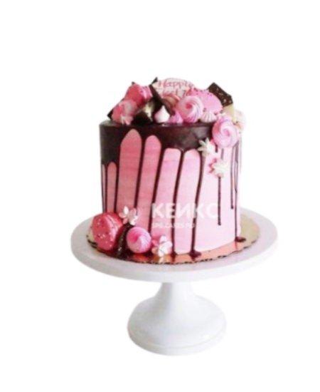 Торт розовый с ягодами и шоколадной глазурью