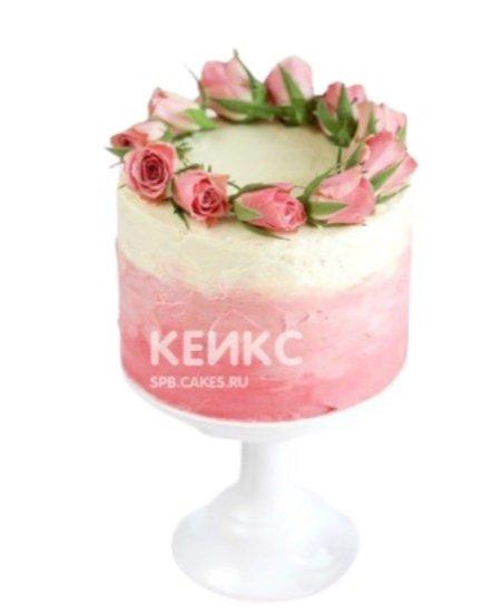 Бело-розовый торт с живыми цветами