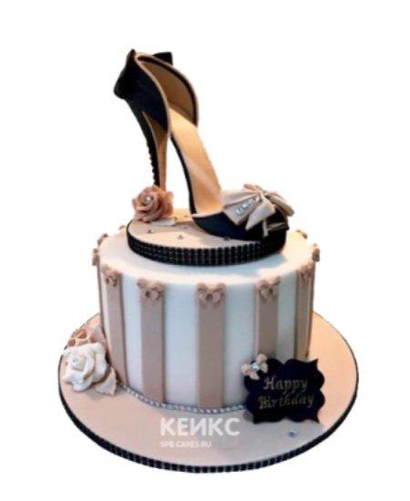 Бело-кофейный торт в виде Туфельки с бежевыми бантом