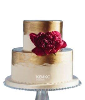 Красивый торт в восточном стиле с сусальным золотом и ярким цветком