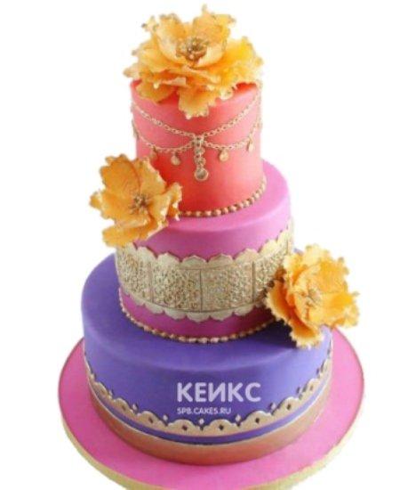 Яркий торт Восток с золотыми украшениями и желтыми цветами