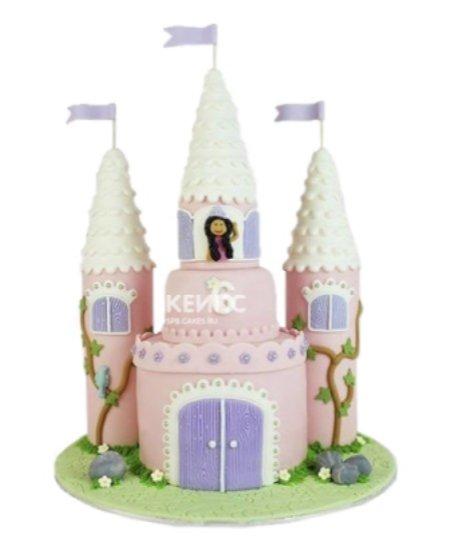 Торт в виде замка с башнями и принцессой