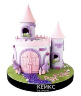 Торт в виде волшебного замка с башнями