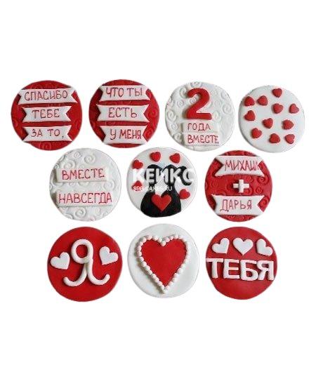 Красно-белые капкейки девушке с надписями и сердечками