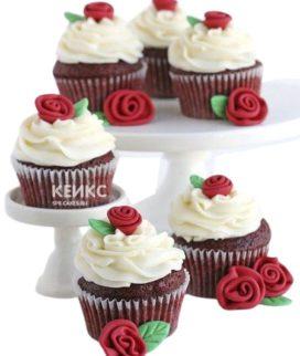 Шоколадные капкейки с красными розами для мамы