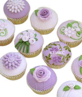 Сиреневые капкейки с маленькими цветами для мамы