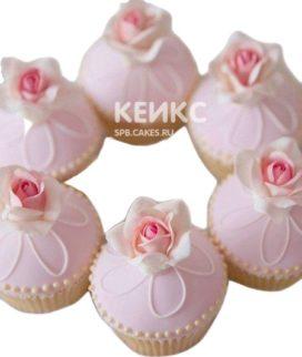 Нежно-розовые капкейки маме с маленькими розами