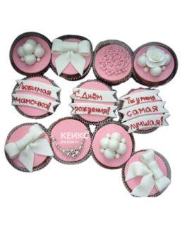 Капкейки для мамы в розовых тонах с надписями и пожеланиями