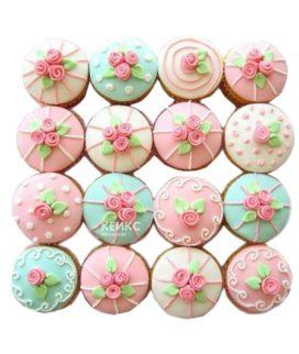Бирюзово-розовые капкейки с маленькими цветочками для мамы