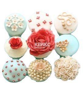 Бирюзово-белые капкейки с цветами для мамы