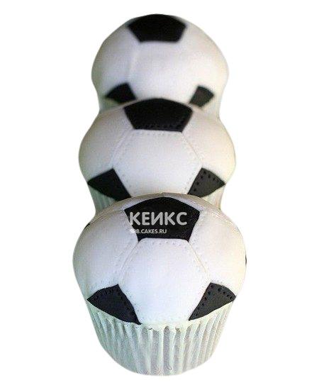 Капкейки в виде футбольных мячей парню