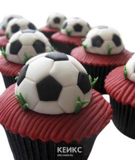 Капкейки футбол с красным кремом и мячами