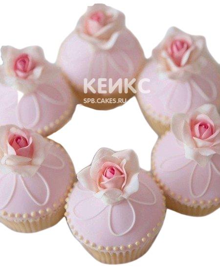 Очаровательные розовые капкейки на 8 марта с маленькими розами