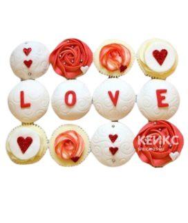 Красно-белые капкейки с сердечками на 14 февраля