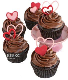 Шоколадные капкейки на 14 февраля с розовыми и красными сердцами