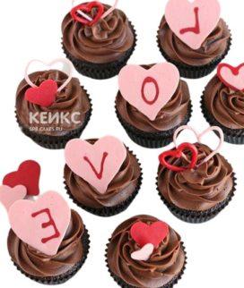 Капкейки на 14 февраля с надписью на сердцах Love