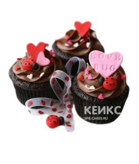 Шоколадные капкейки на день святого Валентина с сердечками и божьими коровками