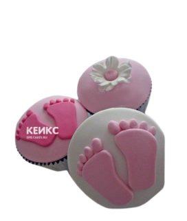 Розовые капкейки со следами детских ножек на годик