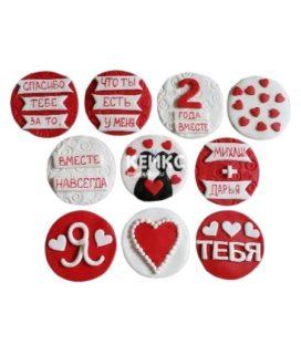 Красно-белые капкейки на годовщину с сердечками и надписями