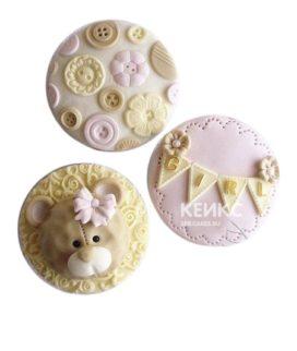 Милые желто-розовые капкейки с медвежонком и пуговицами на рождение