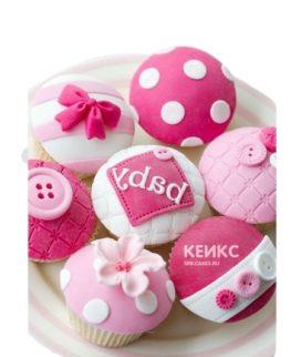Ярко-розовые капкейки с пуговицами на выписку