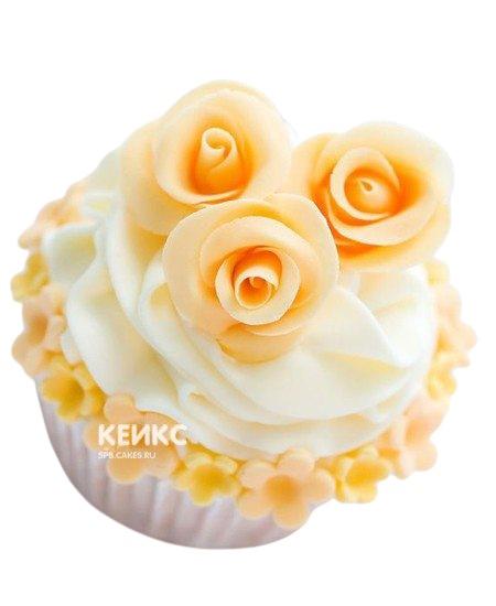Капкейки с белым кремом и нежными цветами