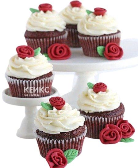 Капкейки с белым кремом и красными цветами