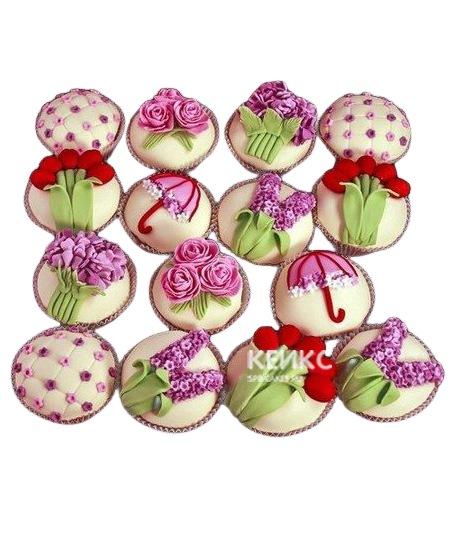 Капкейки с сиреневыми и красными цветами