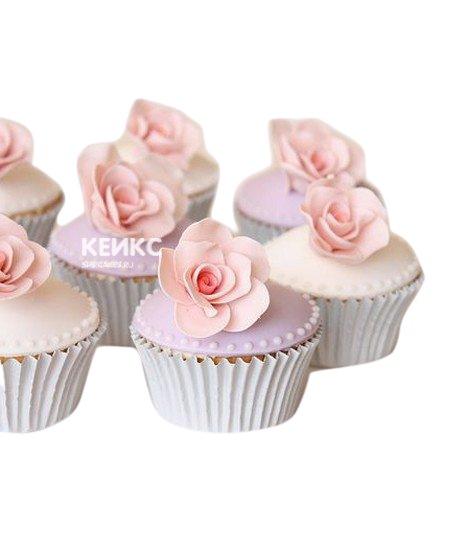 Капкейки с нежно-розовыми цветами из мастики