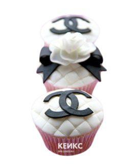 Черно-белые стеганные капкейки с логотипом Шанель