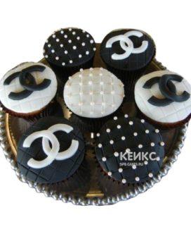 Черно-белые капкейки Шанель с логотипом и бусинами